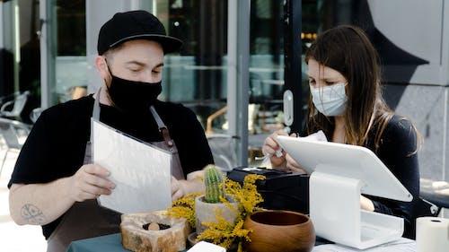 人, 功能表, 口罩, 咖啡 的 免費圖庫相片