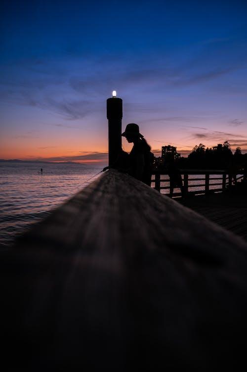 Immagine gratuita di acqua, alba, cappello da donna, cielo
