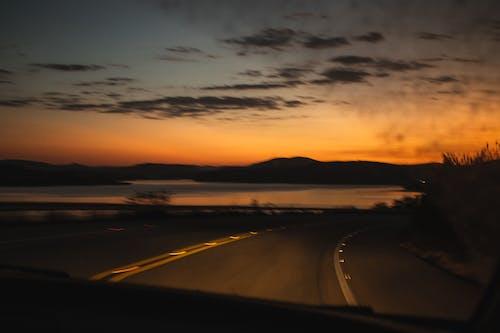 Бесплатное стоковое фото с автомобиль, вечер, вода, дорога