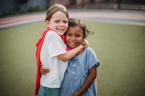 Δωρεάν στοκ φωτογραφιών με αγκαλιάζω, αγκάλιασμα, εναγκαλισμός