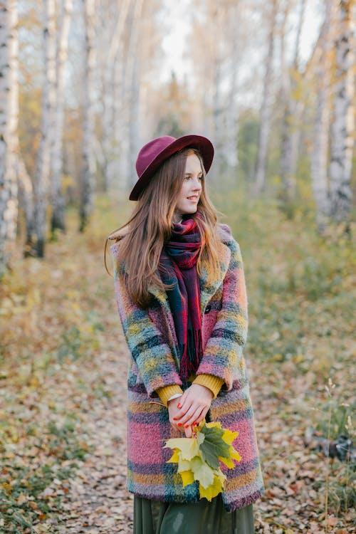 Frau Im Grünen Roten Und Gelben Pullover, Der Auf Wald Steht