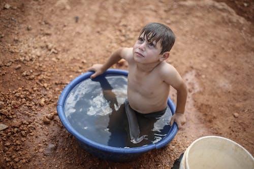 Foto profissional grátis de bacia de plástico, banheira de plástico, banho