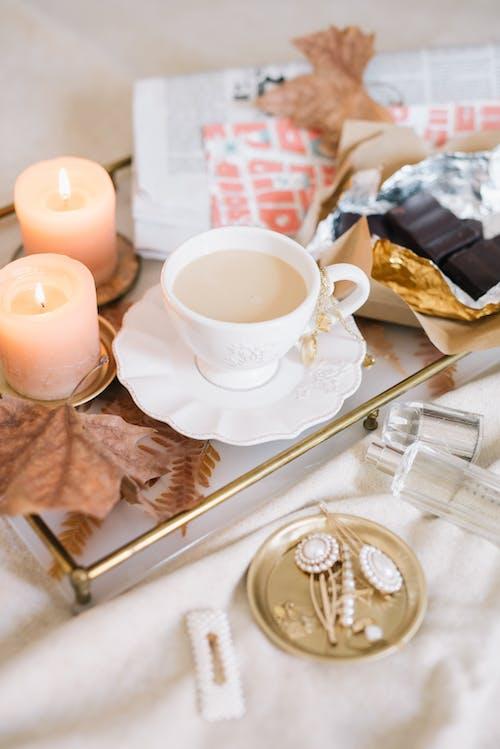 Taza De Té De Cerámica Blanca Sobre Platillo Junto A La Barra De Chocolate