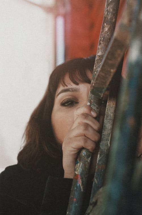Základová fotografie zdarma na téma 20-25 letá žena, analogová fotografie, dospělý, dřevo