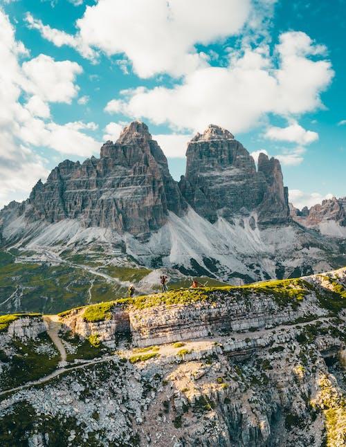 Montaña Rocosa Bajo Cielo Azul