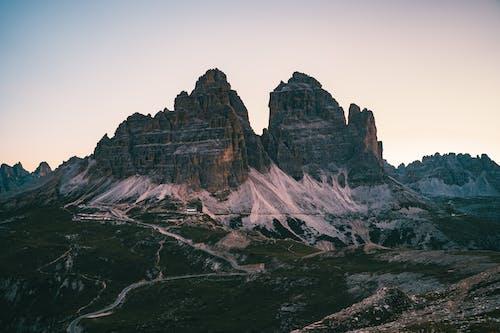 Montaña Rocosa Marrón Bajo El Cielo Blanco