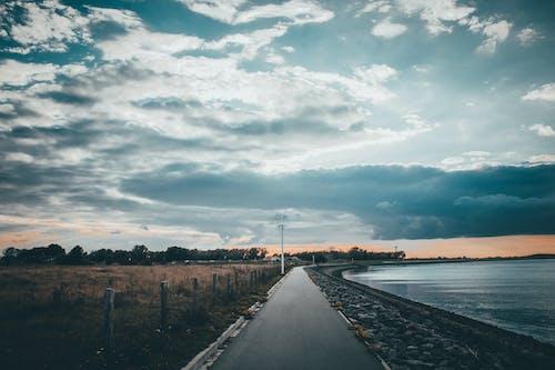 Gratis arkivbilde med asfalt, blå himmel, daggry, innsjø