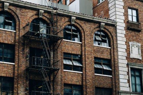 Foto stok gratis bangunan, batu bata, gedung, jalur darurat