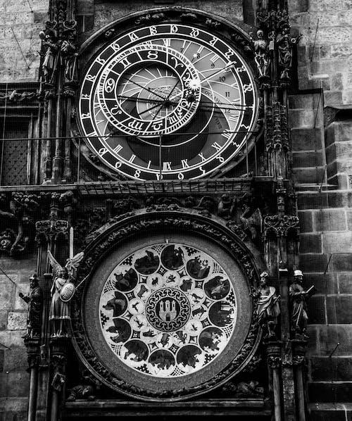 Black and White Analog Clock