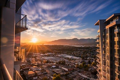 Immagine gratuita di appartamenti, balcone, chiarore del sole, cielo azzurro
