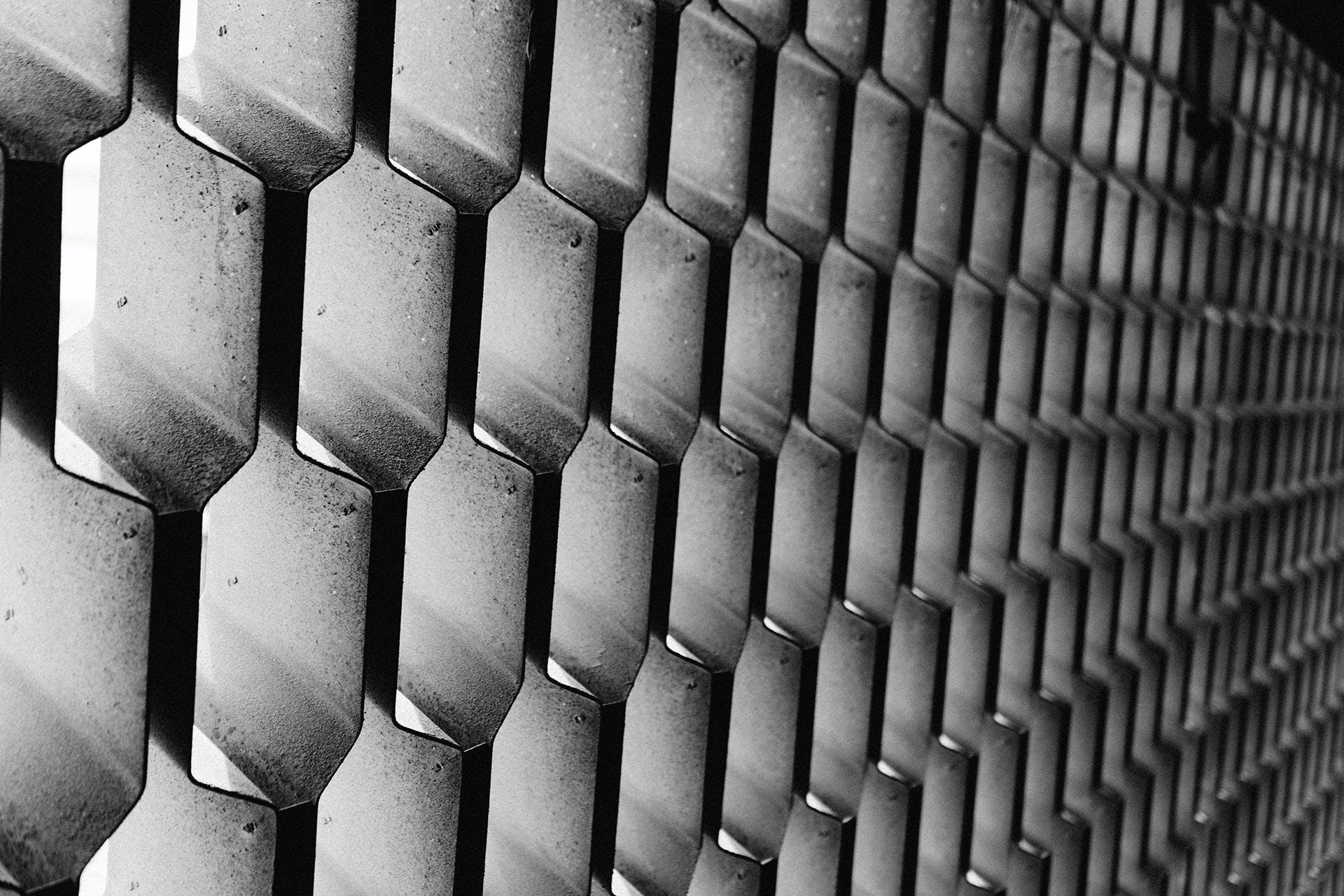 Kostenloses Stock Foto zu abstrakt, bienenwabe, metall, muster