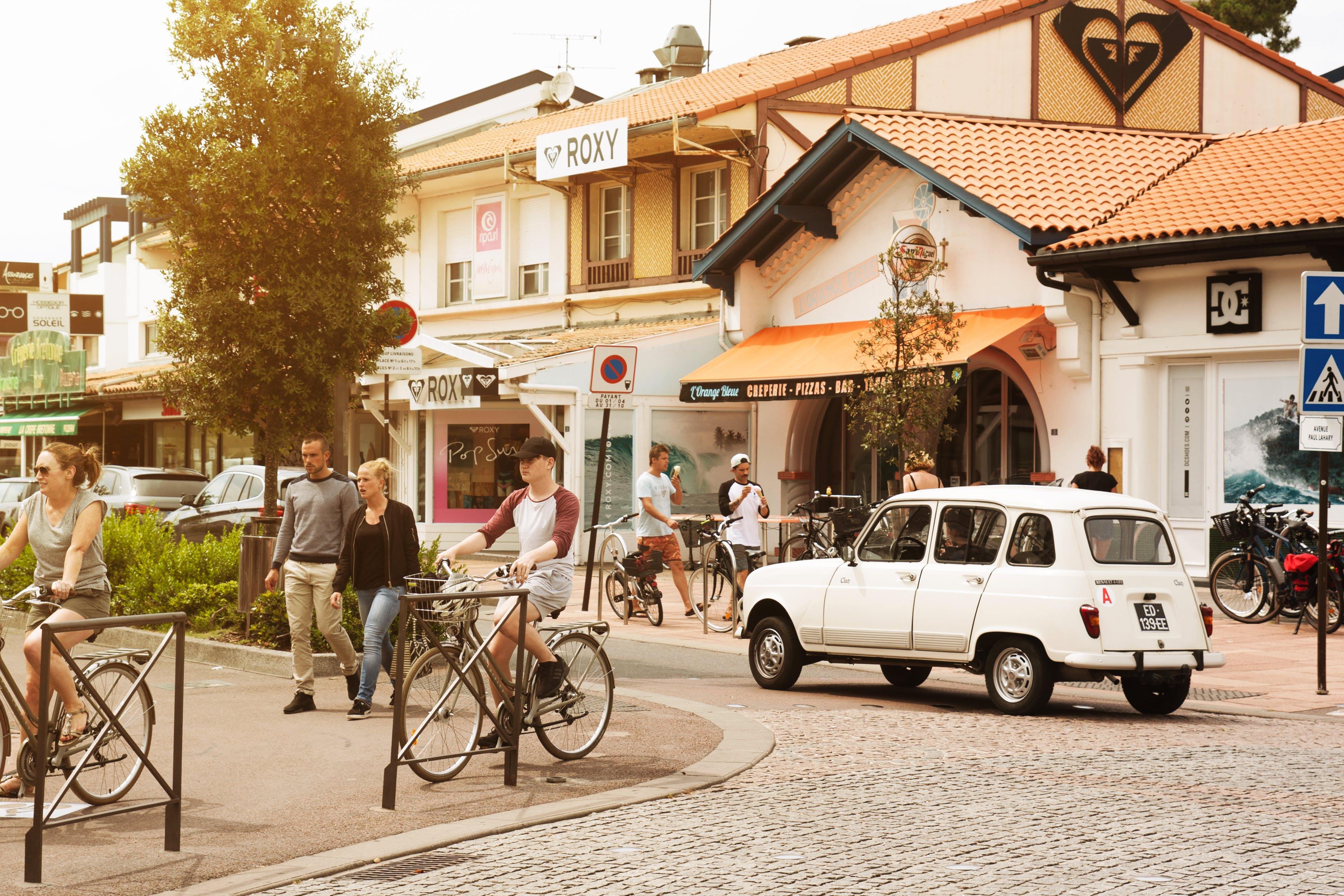 Δωρεάν στοκ φωτογραφιών με Άνθρωποι, αρχιτεκτονική, αυτοκίνητα, δέντρα