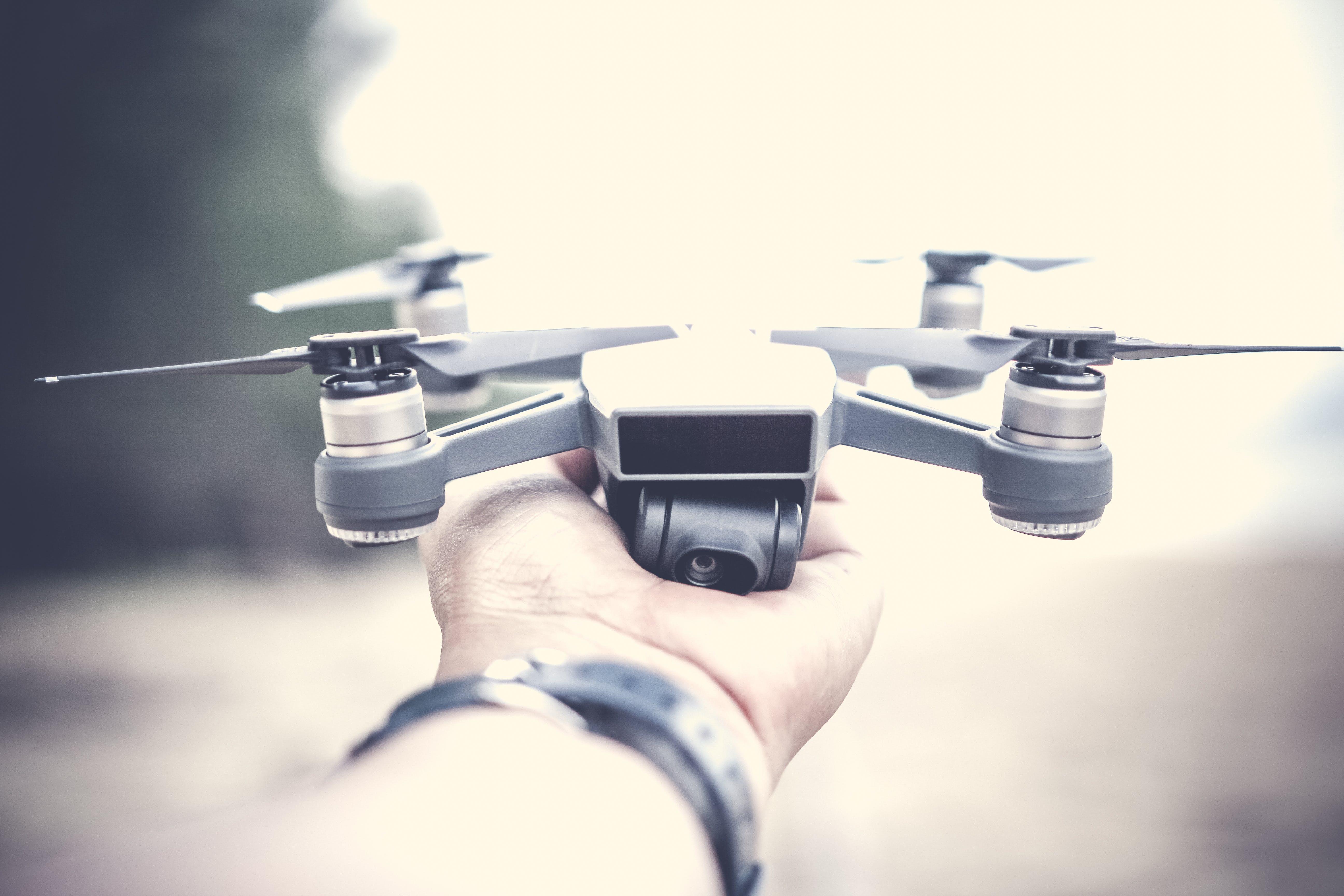 Darmowe zdjęcie z galerii z aparat, dji, dorosły, dron