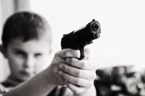 Foto d'estoc gratuïta de arma, desenfocament, infant, joguina