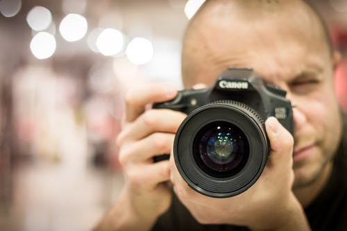 Fotobanka sbezplatnými fotkami na tému Canon, človek, DSLR, fotoaparát