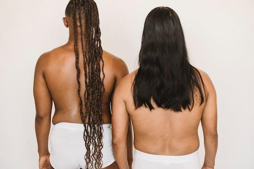 Ernten Sie Schwarzen Transgender Mann Nahe Hemdlosem Ethnischen Partner