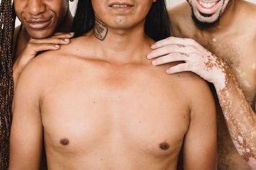 Ernte Lächelnde Multiethnische Männliche Modelle Mit Nackten Oberkörpern