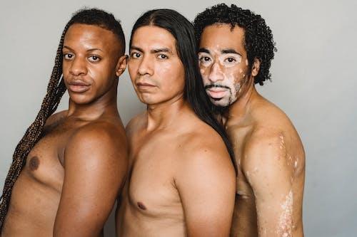 Amigos Transgénero Multirraciales Con Torso Desnudo En Estudio