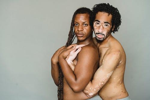 Hombres Transgénero Multiétnicos Con Torso Desnudo Abrazándose