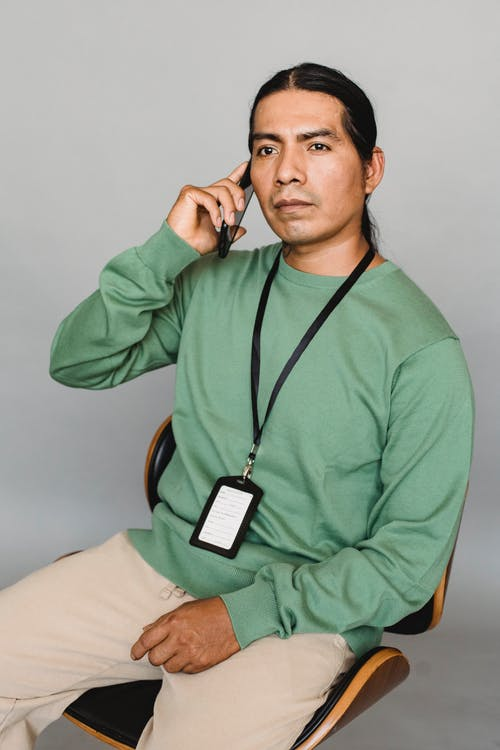 Telefonda Konuşurken Ciddi Hintli Adam