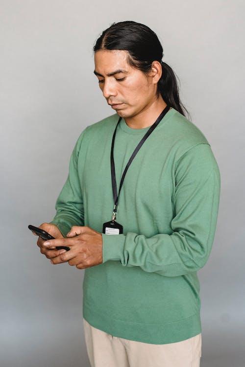 Homme Indien Navigation Smartphone En Studio
