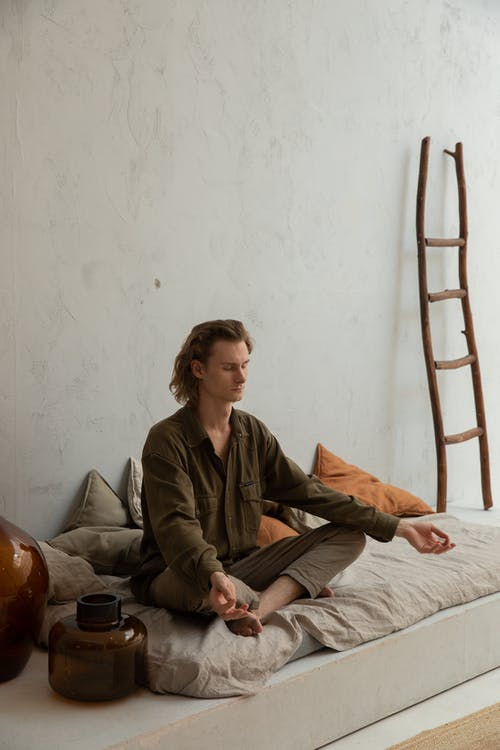 Reflecterende Man Beoefenen Van Yoga In Lotus Pose In Huis