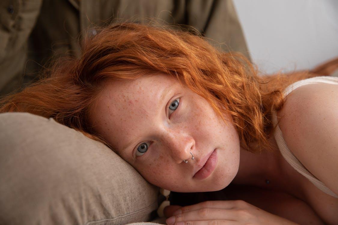 Mulher Gengibre Deitada No Colo Do Namorado