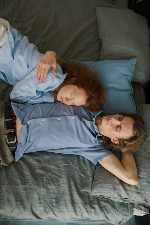 Genç Bir çift Rahat Yatakta Sarılma