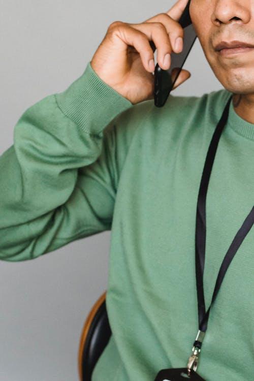 Crop Man Parler Au Téléphone Mobile