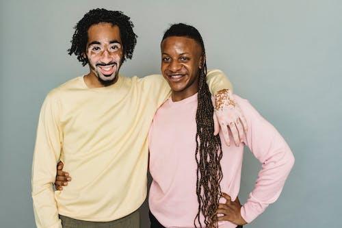スタジオで抱き締める幸せな黒人男性