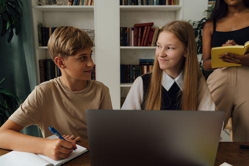 Gratis arkivbilde med bærbar datamaskin, elever, glad