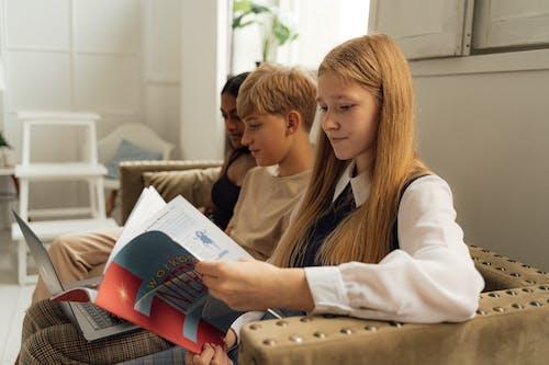 Безкоштовне стокове фото на тему «вивчення, диван, дівчата»