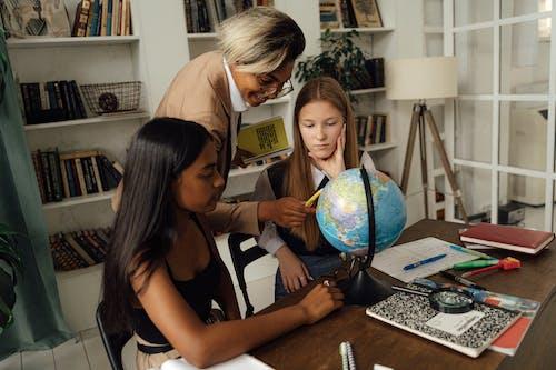 Gratis arkivbilde med elever, forklare, geografi