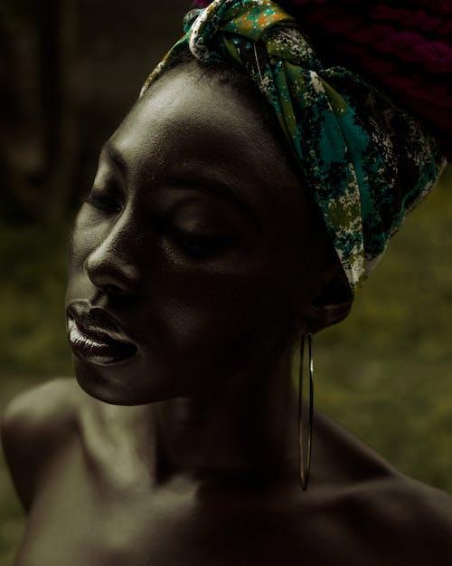 Femme Noire Aux Yeux Fermés Et Turban