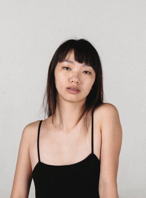 Người Phụ Nữ Trẻ Châu á Yên Tĩnh Nhìn Vào Máy ảnh Trong Studio ánh Sáng