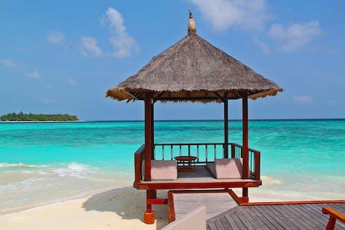 Immagine gratuita di acqua, bagnasciuga, capanna in spiaggia, cielo