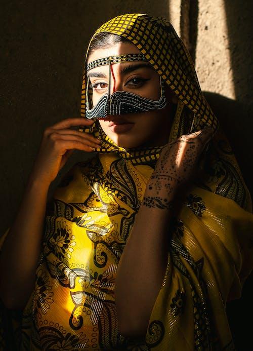 Darmowe zdjęcie z galerii z biżuteria, ciemny, dorosły, dziewczyna
