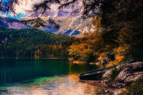 Kostenloses Stock Foto zu bäume, berg, boot, dämmerung