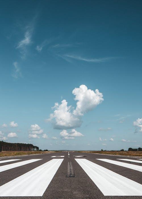 Бесплатное стоковое фото с асфальт, Аэропорт, белый, быстрый