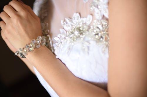 Darmowe zdjęcie z galerii z akcesoria, akcesoria ślubne, biżuteria, dziewczyna