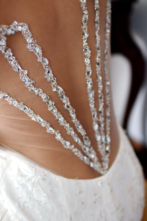 Darmowe zdjęcie z galerii z akcesorium, biała sukienka, biżuteria, błyszczący