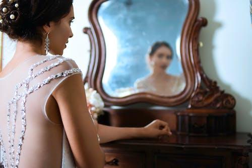 Darmowe zdjęcie z galerii z biżuteria, biżuteria ślubna, cielisty, dama