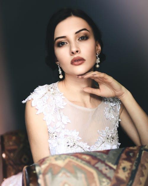Darmowe zdjęcie z galerii z biżuteria, dziewczyna, elegancki, głowa