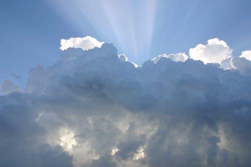 Kostenloses Stock Foto zu bewölkt, himmel, sonnenlicht, sonnenstrahlen