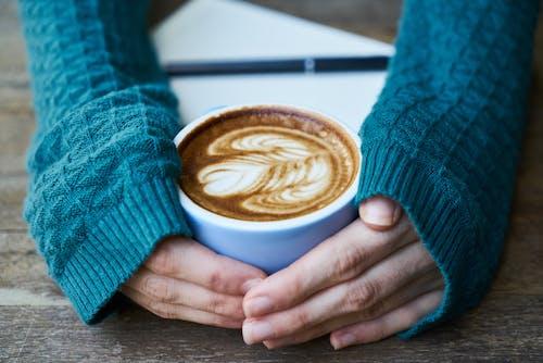 Ilmainen kuvapankkikuva tunnisteilla kädet, kahvi, keskittyminen, kofeiini