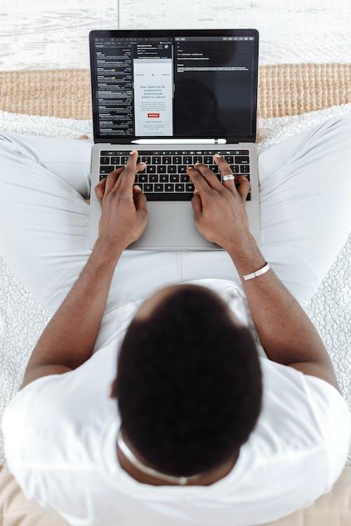 Orang Berkemeja Putih Menggunakan Macbook Pro