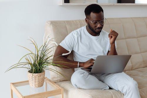 Kostenloses Stock Foto zu afrikanisch, afrikanischer mann, arbeit, bett