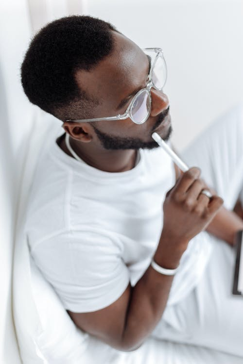Man In Witte Ronde Hals T Shirt Met Zwarte Ingelijste Bril