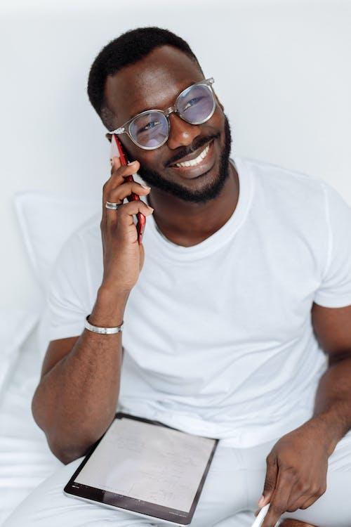 검은 색 액자 안경을 쓰고 흰색 크루 넥 티셔츠를 입은 남자