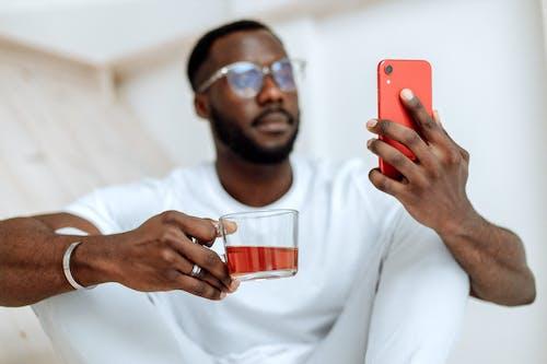 Kostenloses Stock Foto zu afrikanisch, afrikanischer mann, anruf, arbeit